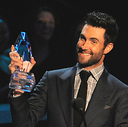 Adam Levine with the People's Choice Award for favorite band. (AP Photo)