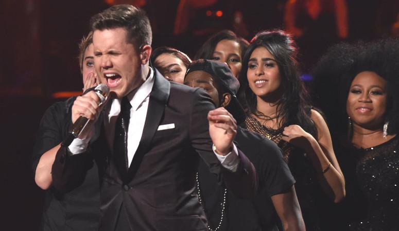 "Trent Harmon sings his winning single, ""Falling,"" as his Season 15 colleagues, including Sonika Vaid and La'Porsha Renae, look on. (FOX Photo)"