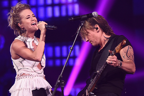 Carrie Underwood and Keith Urban perform The Fighter at the 2017 CMT Music Awards.